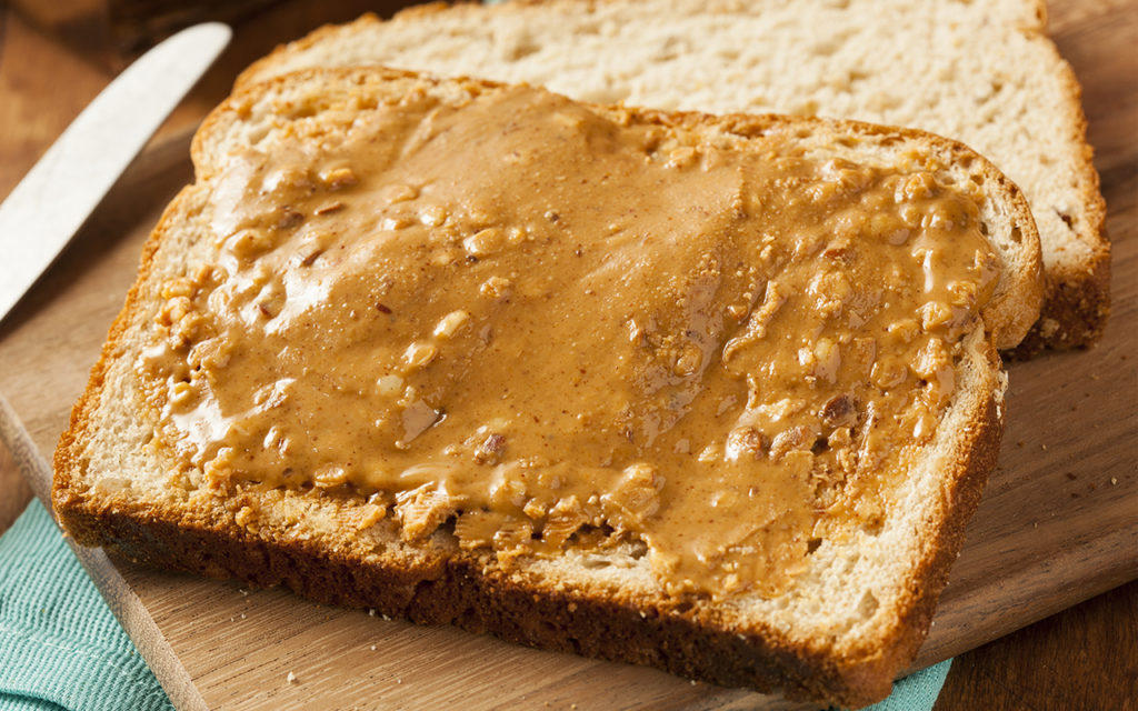 пшеничный тост с арахисовым маслом