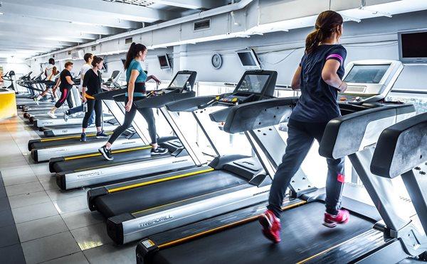 беговые дорожки в фитнес-клубе